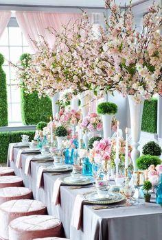 hochzeit frühling tischdeko kirschenblüten zweige hohe vasen rosengestecke