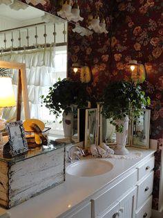 I love this vintage bathroom.    Daphne Nicole - Lynda Cade