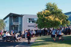 Colegio de educación secundaria en la ciudad de #auckland. Estudia en #longbaycollege con #xploraeducation . Ofrece programas académicos de alto nivel, en que los estudiantes internacionales pueden beneficiarse del aprendizaje con profesores experimentados en un entorno amigable y seguro. Aproximadamente el 6% de los alumnos es de origen extranjero.