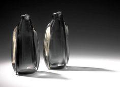 Norske formgivere: Willy Johansson. Den såkalte pingvinvasen fra 1957 er et tidlig eksempel på frihåndsblåsing ved Hadeland Glassverk. Glassmassen skulle derfor ikke tilpasses en form som var tegnet opp på forhånd. Foto: Blomqvist, S. Berrefjord/ K.M. Frøy