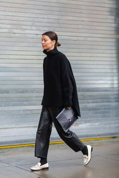 Annina Mislin Looks Chic in All Black How To Wear Loafers, Loafers For Women, Mode Outfits, Fashion Outfits, Womens Fashion, Winter Stil, Looks Chic, All Black Outfit, Fashion 2020