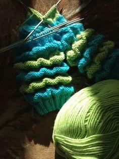 Neuloosi vaivaa neljässä sukupolvessa. Isomummi 92v, mummi 64v, minä 41v ja minun lapset 14, 10 ja 6v. Puikot viuhuu! :) Knitting Socks, Knitted Hats, Knit Socks, Knitting Ideas, Dragon Jewelry, Fingerless Gloves, Arm Warmers, Mittens, Knit Crochet