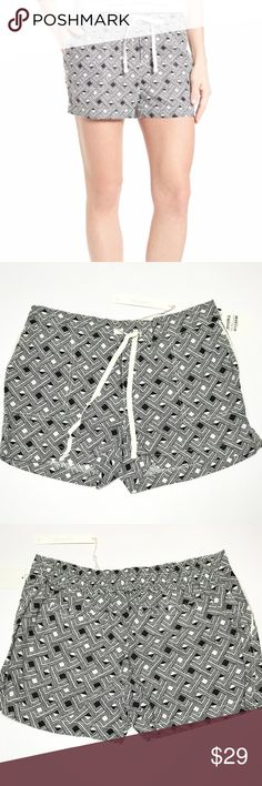 "Caslon 100% Linen Shorts Size Petite Medium A drawstring waist caps off the relaxed ease of linen-woven shorts in an array of geometric prints in shades of black and ivory white. Petite sizes best fit women 5'4"" & under. - Petite: 32"" waist; 3"" inseam; 24"" leg opening; 10"" rise; Size: Petite Medium - Pull-on style - Front slant pockets; back welt pockets - 100% linen - Machine wash cold, tumble dry low Caslon Shorts"
