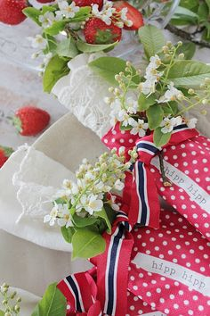 Vi pynter til 17 mai ! Vibeke Design, Strawberry Fields Forever, Home Of The Brave, Scandinavian Style, Twists, Red And White, Table Settings, Gift Wrapping, Table Decorations