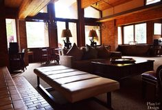 Salon w stylu Aspen. Aspen House, Mountain, Couch, Living Room, Furniture, Home Decor, Style, Swag, Settee