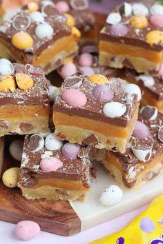 Mini Egg Millionaires Shortbread! - Jane's Patisserie Mini Egg Recipes, Tray Bake Recipes, Easter Recipes, Baking Recipes, Easter Baking Ideas, Desserts Ostern, Köstliche Desserts, Delicious Desserts, Dessert Recipes