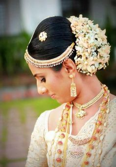 Beautiful Kandyan bride dressed by Sharmini Ovitigama.