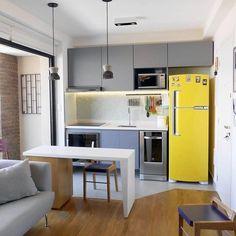 Em um caso de amor com geladeiras amarelas {} Na cozinha integrada ela criou uma combinação perfeita com a pedra branca e marcenaria cinza