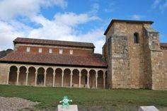 Ando en el monasterio de San Miguel de Escalada.