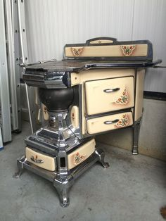 30 Perfect Antique Kitchen Stoves Ideas Match With Rustic Style Antique Kitchen Stoves, Antique Wood Stove, Old Kitchen, How To Antique Wood, Vintage Kitchen, Cuisinières Vintage, Alter Herd, Vintage Stoves, Retro Stoves