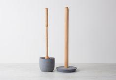 Deze mooie toiletrolhouder staand van Iris Hantverk is gemaakt in 'soft concrete' en berkenhout.