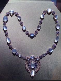 Tiffany OFF! A moonstone necklace made by Louis Comfort Tiffany. Garnet Necklace, Moonstone Necklace, Beaded Necklace, Necklaces, Tiffany And Co Jewelry, I Love Jewelry, Best Jewelry Designers, Tiffany & Co., Louis Comfort Tiffany