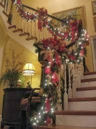 Escalera decorada en navidad
