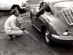 Photo Vintage de Yvan NAGY, Steve Steve McQueen devant une Porsche 356, env 1963, disponible à la galerie de l'instant