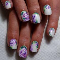 One stroke on natural nails.  Comme je disais sur Fb, on peut tout faire aussi sur ongles courts il suffit d'adapter les proportions^^ Ici le même one stroke que celui d'hier mais sur de tout petits ongles naturels ! #onestroke #nailart #fleurs #flowers #flowernailart #bibullenailart #dijon #ilovemyjob