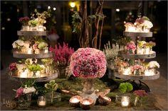 Arreglo floral romántico mesa hall con bandejas de flores y velas en colores otoñales.