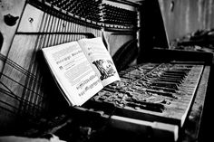 Dilapidated piano by osaprio, via Flickr