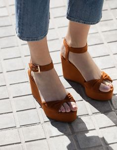 Knot strap wedges - View All - Bershka Ukraine Girls Sandals, Girls Shoes, Shoes Sandals, Pretty Shoes, Beautiful Shoes, Closed Toe Summer Shoes, Blush Shoes, Mode Hijab, Fashion Sandals