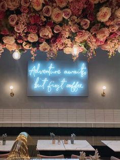Elan Cafe – prawdopodobnie najpiękniejsza kawiarnia w całym Londynie! Cafe Interior Design, Cafe Design, Store Design, Café Interior, French Coffee Shop, Cafe Display, Coffee Shop Aesthetic, Flower Cafe, Coffee Bars In Kitchen