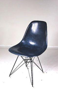 Pareja de side chairs en fibra de vidrio originales de los 60 de los Eames y producidos por Herman Miller (etiqueta de Zeeland)..
