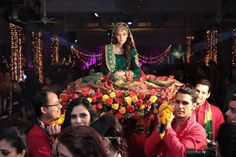 Mehndi Bride Entrance S : This minimalistic doli design is giving us some major goals