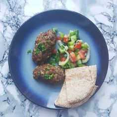 Køfte (tyrkiske frikadeller) med tyrkisk salat og pitabrød - Sund på budget Avocado Toast, Forelsket, Food And Drink, Budget, Beef, Dinner, Breakfast, Golf Ball, Meat