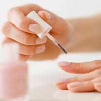 Zo vermijd je belletjes en oneffenheden in je nagellak - Beauty - Flair
