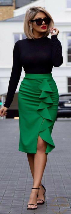 Deze outfit is tijldoze combinatie. De zwarte top met aangesloten hals van is van MissGuided, de smaragdgroene kokerrok van Topshop en de simpele maar stijlvolle hakken zijn van Stuart Weitzman.
