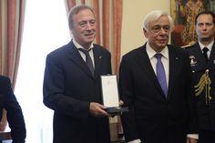 Την παρασημοφόρηση των καθηγητών Πέτρου Θέμελη και Νικόλαου Σταμπολίδη, με το παράσημο του Ανωτέρου Ταξιάρχη του Τάγματος του Φοίνικος, έκανε σήμερα, στο Προεδρικό Μέγαρο, ο Πρόεδρος Δημοκρατίας, Προκόπης Παυλόπουλος.