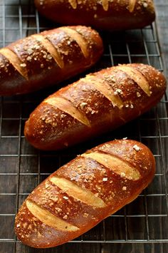 Beer pretzel hot dog buns - soft yet chewy pretzel hot dog buns made with ale. Pan Pretzel, Pretzel Roll Recipe, Pretzel Recipes, Pretzel Dogs, Hotdog Buns Recipe, Pretzel Bread, Dog Bread, Beer Bread, Bread Bun