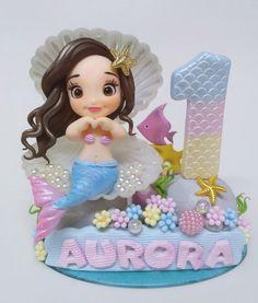 Lindo topo que pode ser personalizado especialmente para você! Esse topo é composto pela base decorada11cm ou 14 cm, vela 10cm , personagem 10 cm e nome da criança. ** POR FAVOR ANTES DE EFETUAR O PAGAMENTO CONSULTE A DATA DISPONÍVEL PARA ENVIO. Mermaid Birthday Cakes, Little Mermaid Birthday, Mermaid Cakes, The Little Mermaid, Polymer Clay Mermaid, Cake Designs For Girl, Ballerina Cakes, Baby Cake Topper, Baby Girl Cakes