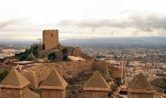 Самые интересные испанские замки: Замок Лорка     Расположенный в провинции Мурсия, замок Лорка был разработан как оборонительная крепость. И очень удачно разработан, учитывая, что он ни разу не пал под власть нападающих. Сконструирован замок на месте мусульманской цитадели, на высоком холме. Сегодня Лорка является важным культурным центром, известным под именем «Крепость солнца». Здесь организовываются самые разнообразные мероприятия, чаще всего музыкальные.