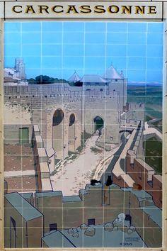 Tableau en céramique signé du peintre, décorateur de théâtre et céramiste Eugène-Martial SIMAS (1862-1939) représentant la Cité de Carcassonne, installé à la fin du XIXe siècle dans la gare de Tours. Photo: Michel Marsenach