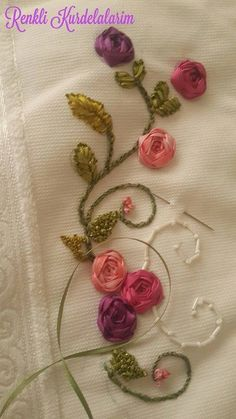 Ribbon Embroidery Tutorial, Hand Embroidery Flowers, Silk Ribbon Embroidery, Embroidery Hoop Art, Hand Embroidery Designs, Floral Embroidery, Embroidery Stitches, Embroidery Patterns, Bordado Floral