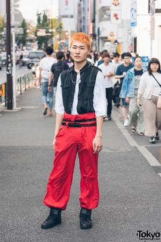 Harajuku fashion college student wearing black vest over white shirt, red pants, black high top sneakers and silver jewelry. Streetwear Summer, Japanese Streetwear, Streetwear Shoes, Streetwear Mode, Streetwear Fashion, Student Fashion, Girl Fashion, Student In Japanese, Japanese Harajuku