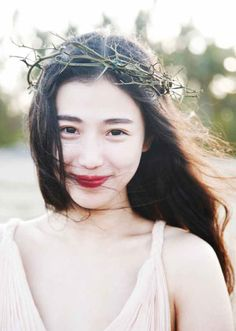 Red lips: simple gown, twig crown / Snow White