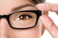 Foods & Exercises to Improve Your Vision Naturally How to improve your vision naturally? Natural home remedies for blurry vision. Poor eyesight treatment, Exercises to correct vision. Vida Natural, Eye Sight Improvement, Operation, Circulation Sanguine, Wearing Glasses, New Fashion Trends, Eye Glasses, Natural Treatments, Beauty Secrets