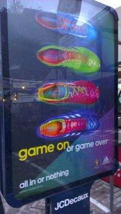 Op deze abri is een mooie poster van Nike te zien. Er zijn veel felle kleuren gebruikt. De overloop van de kleuren in combinatie met de kwaliteit van de druk (veel pixels) maakt het een aantrekkelijke poster.
