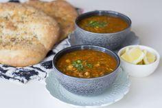 Harira är en nyttig och mättande soppa från Marocko. Det är en traditionell rätt som oftast serveras under ramadan (fastemånad). Den är stärkande och passar därför perfekt att bryta fastan med efter en lång dag. Bredvid har man gärna dadlar och ett glas mjölk. Harira kan även tillagas med kött men jag gör min vegetarisk. Linserna och kikärtorna fyller ut soppan, alla kryddor och grönsaker ger den dess fylliga och mustiga smak. Fantastiskt god och smakrik soppa. 6 portioner harira 1 gul…