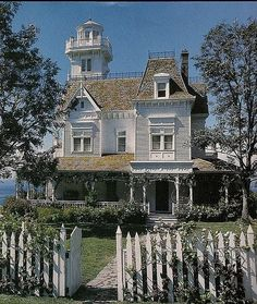 Victorian home from Practical Magic. My dream home. I remember the day I discove… Victorian home from Practical Magic. My dream home. I remember the [. Practical Magic House, Victorian Style Homes, Old Victorian Houses, Victorian Homes Exterior, Victorian Buildings, Villa, Second Empire, Victorian Architecture, Home And Deco