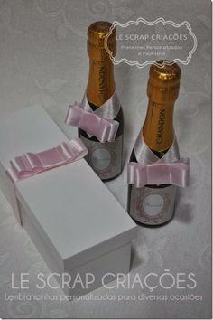 Para a chegada da Manuela a mamãe encomendou algumas garrafinhas de baby chandon com rotulo e caixa personalizada para presentear os avos, t...