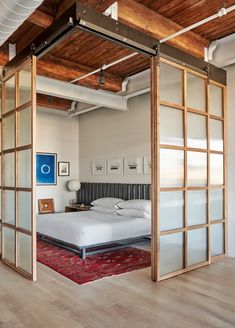 West Loop Loft by Mike Shively A Dated Loft Is Stripped Down to a Streamlined Aesthetic dwell modernloft chicago modernhomerenovations Tiny Loft, Small Loft, Deco Studio, Modern Loft, Rustic Modern, Bedroom Loft, Loft Room, Bedroom Modern, Bedroom Green