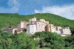 Il borgo di Postignano, nel comune di Sellano in origine castello di pendio a pianta triangolare