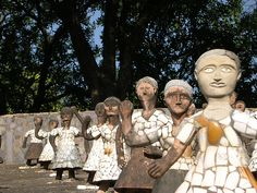 Pique assiette figures by Indian visionary artist Nek Chand (b 1924) at his Rock Garden, Chandigarh, photographed by Chandana Banerjee (Two little shutterbugs) on flickr. via Mosaic Art Source.