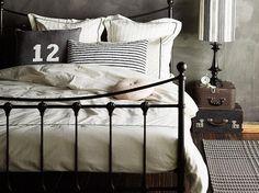 Metalowe ramy do łóżek w sypialni