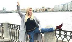 Анна Семенович свела с ума чувственными фото  Певица произвела впечатление на своих подписчиков снимком из новой фотосессии. «Ночь согревает и дарит мечты… Не бойтесь мечтать, будьте смелей в своих мыслях!», — призвала в комментариях к фото Анна Семенович. На снимке артистка позирует в коротком облегающем платье, оперившись на стол. Фотография демонстрирует роскошную фигуру женщины, ее стройные ноги. Томный взгляд Анны и ее