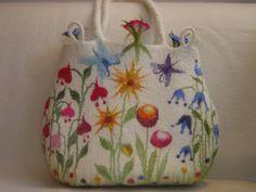 Felt Workshop beautiwool: Sac pour Loah Un sueño ! Nuno Felting, Needle Felting, Felt Purse, Felt Embroidery, Art Bag, Handmade Felt, Felt Art, Felt Flowers, Fabric Art