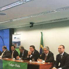 Eduardo Bolsonaro @BolsonaroSP Câmara dos Deputados - Anexo II Agora no estágio visita com universitários fazendo perguntas sobre diversos temas.
