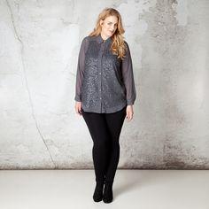 Deze prachtige blouse is aan de voorzijde voorzien van feestelijke pailletten. Het klassieke model heeft een mooie kraag en kan gesloten worden door m...