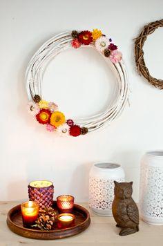 Schnelle DIY Idee für einen Kranz aus Strohblumen als Boho Deko für das Wohnzimmer